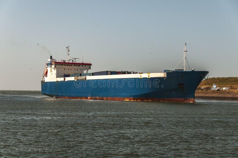 Groot overzees vrachtschip die door het Noordzeekanaal varen stock afbeelding