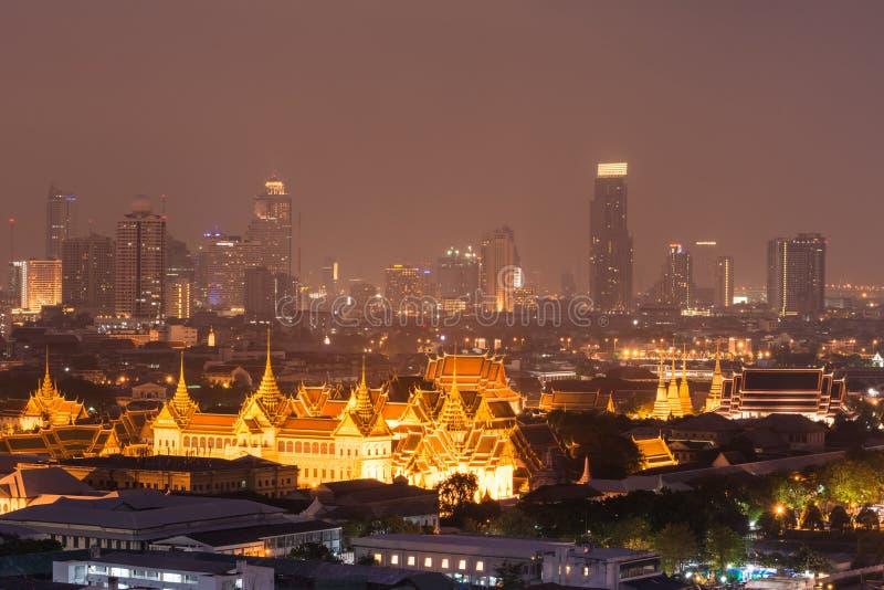 Groot paleis, Emerald Buddha Temple en de mening van de nachtstad stock afbeeldingen