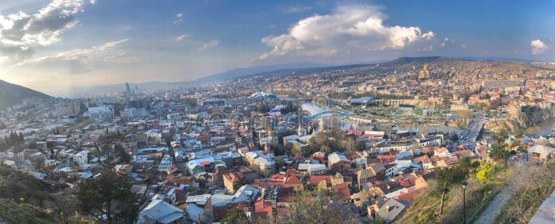 Groot panorama met een mening van de hoogte een mooie toeristenstad met gebouwen en huizen, bomen en installaties, aard tegen royalty-vrije stock fotografie