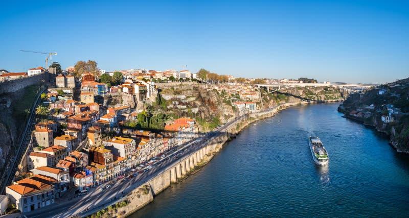 Groot panorama op Porto sity en Ribeira Waterkant van Dom Luis I Brug in zonsondergangtijd stock fotografie