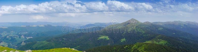 Groot panorama van de Oostelijke Karpaten, de Oekraïne stock fotografie