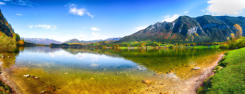 Groot panorama van het glasheldere meer van berghallstatten in Alpen stock fotografie
