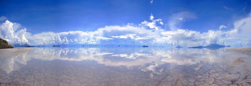 Groot Panorama van weerspiegelende zout-vlakten in Bolivië stock foto's