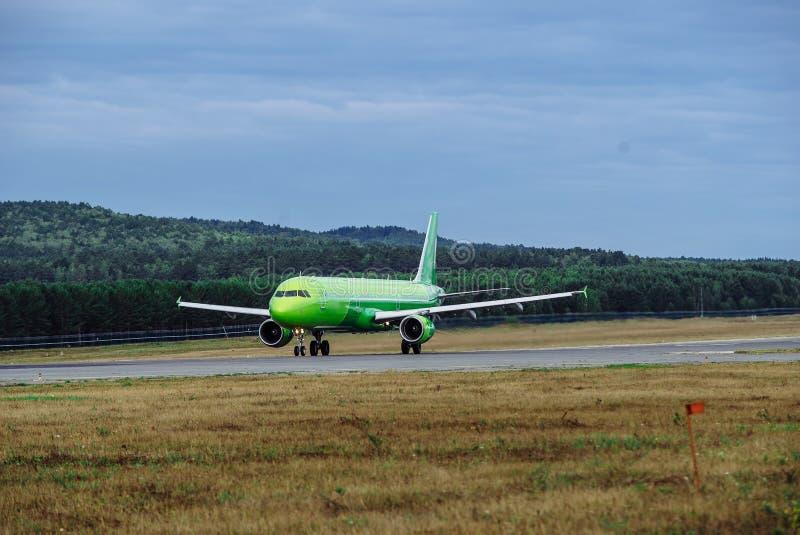 Groot passagiersvliegtuig op de taxibaan bij de luchthaven stock foto