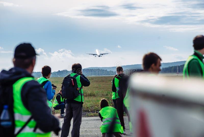 Groot passagiersvliegtuig op de taxibaan bij de luchthaven royalty-vrije stock fotografie