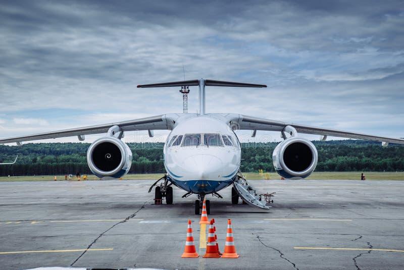 Groot passagiersvliegtuig op de taxibaan bij de luchthaven royalty-vrije stock foto's