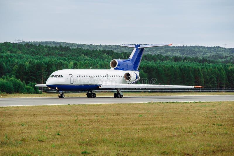 Groot passagiersvliegtuig op de taxibaan bij de luchthaven royalty-vrije stock afbeelding