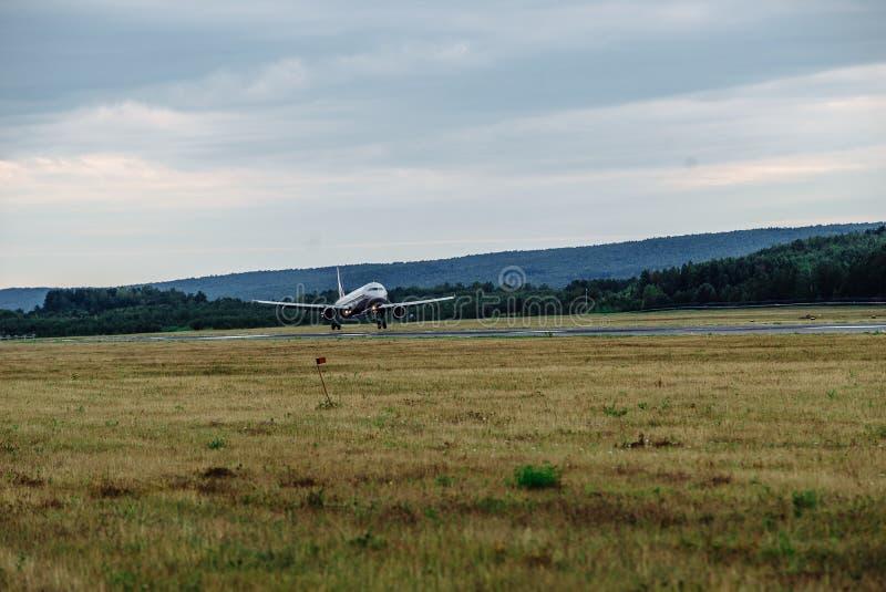 Groot passagiersvliegtuig op de taxibaan bij de luchthaven stock afbeeldingen