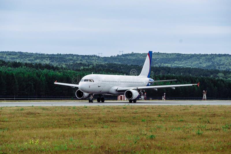 Groot passagiersvliegtuig op de taxibaan bij de luchthaven royalty-vrije stock afbeeldingen