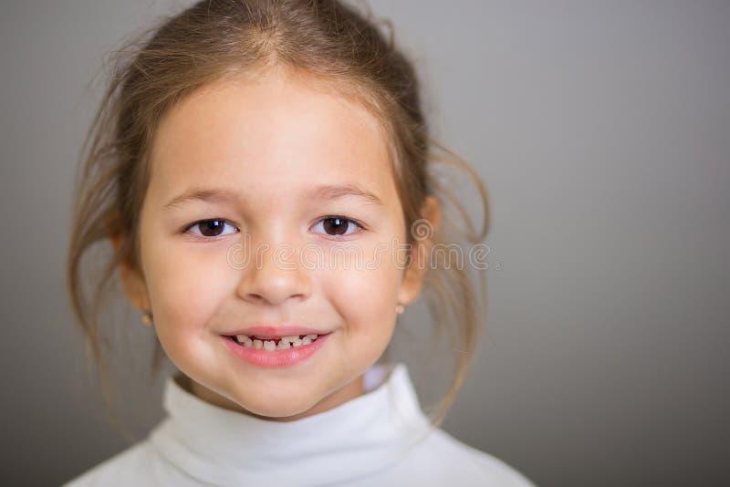 Groot portret van het glimlachende meisje met de laten vallen-uit melktanden stock afbeeldingen