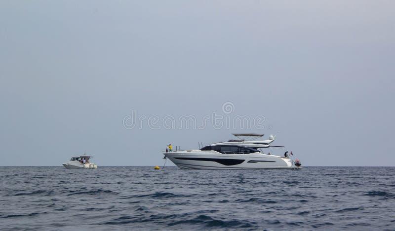 Groot privé motorjacht royalty-vrije stock afbeelding