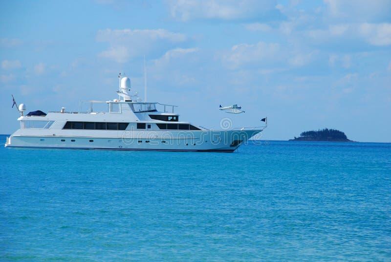 Groot privé motorjacht op zee royalty-vrije stock fotografie