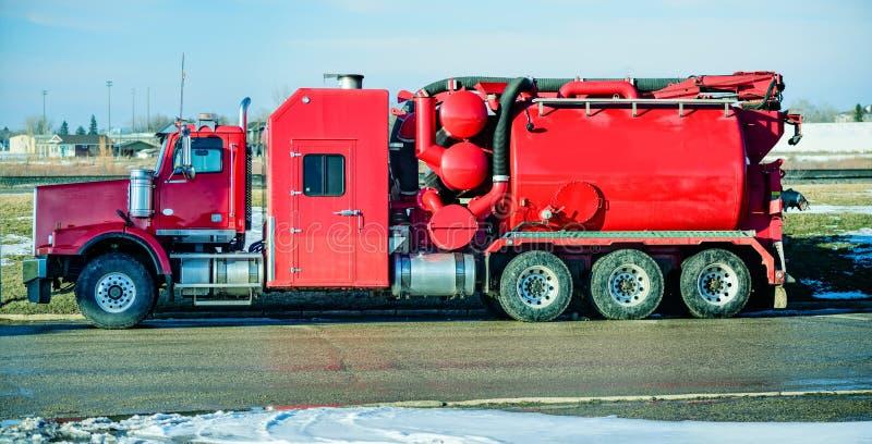 Groot, rood hydro zuigend uitgravingsspoor op thr weg royalty-vrije stock afbeelding