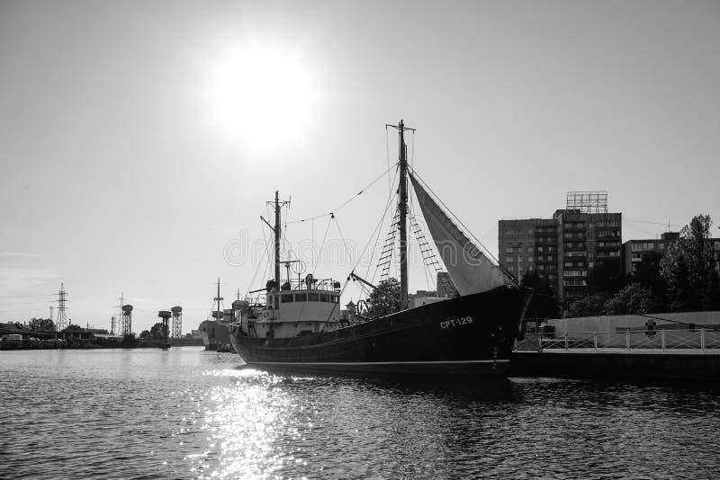 Groot schip, in het Museum die van de Wereldoceaan, zich op het dok op de rivier Pregolya bevinden royalty-vrije stock foto's