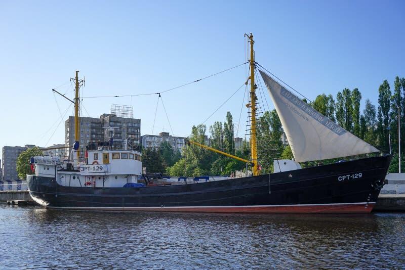 Groot schip, in het Museum die van de Wereldoceaan, zich op het dok op de rivier Pregolya bevinden stock fotografie