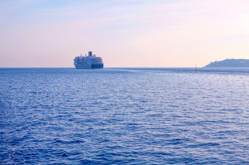 Groot schip op de horizon royalty-vrije stock fotografie