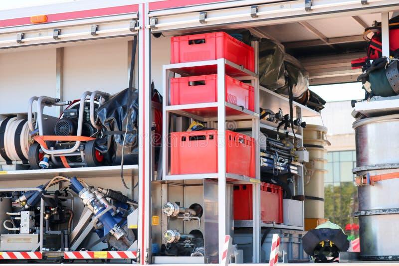 Groot speciaal rood met blauwe brandauto, motor om mensen met open kanten en dovend materiaal, brandpomp, het blazen te redden stock foto's