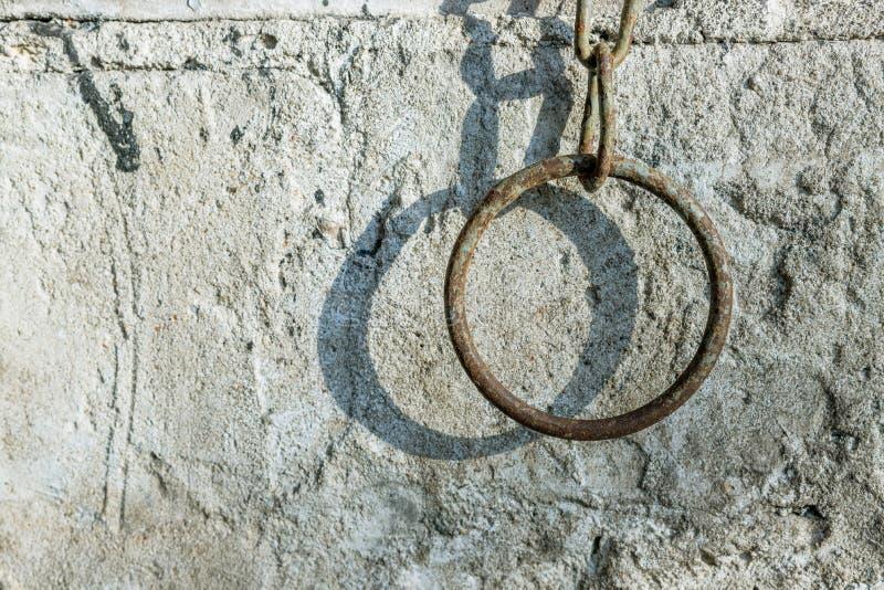 Groot, staalwiel op de grijze muur royalty-vrije stock foto's