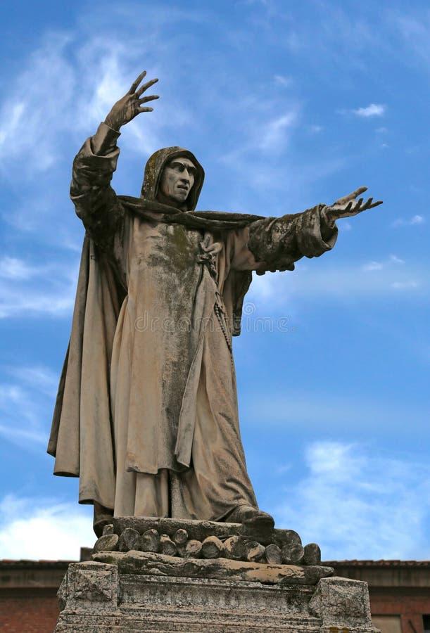 Groot standbeeld van Savonarola Girolamo in Ferrara in Italië met blauw royalty-vrije stock foto