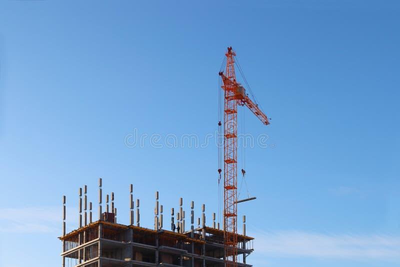 Groot stationair hijstoestel en in aanbouw de bouw stock fotografie