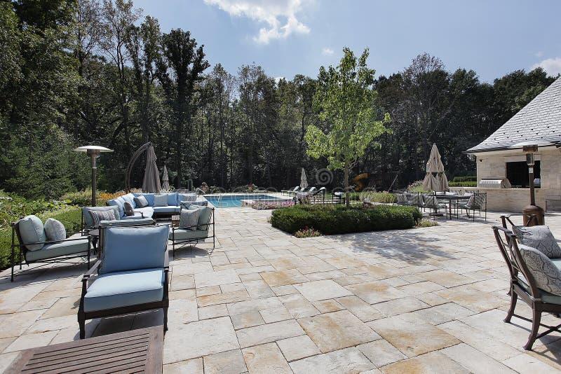 Groot steenterras met zwembad royalty-vrije stock foto's