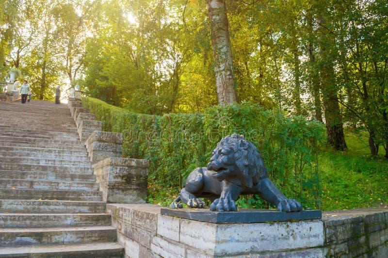 Groot steentrap en beeldhouwwerk van een zwarte leeuw op het voetstuk in Pavlovsk park dichtbij St. Petersburg, Rusland royalty-vrije stock afbeeldingen