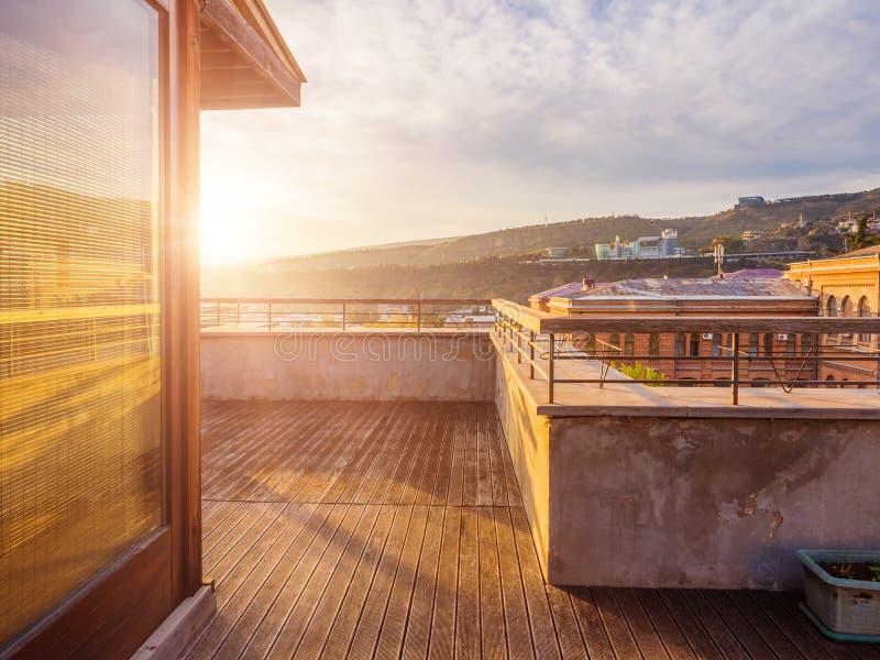 Groot terras met houten vloer in de flat royalty-vrije stock fotografie