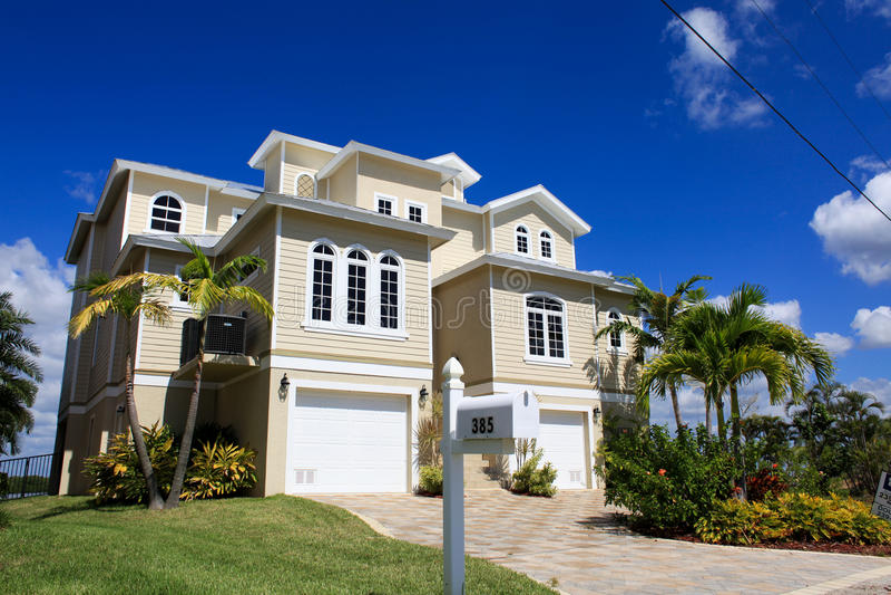 Groot tropisch huis in Florida stock afbeelding