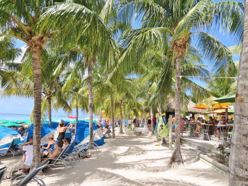 Groot Turk Island in de Turken en Caicos - Maart 10, 2017 - kruisen schippassagiers die op het strand op Groot Turk Island ontspa royalty-vrije stock afbeeldingen