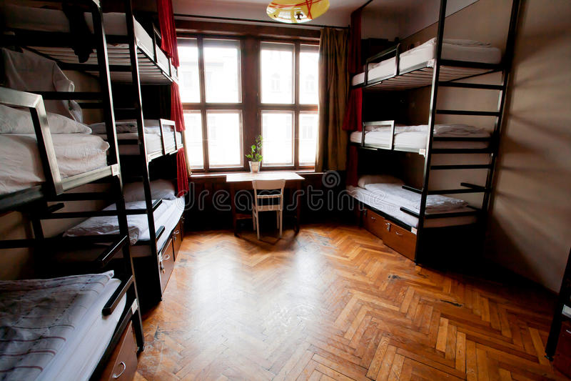 Groot venster in de dormruimte van studenten Europese herberg met niveaubedden royalty-vrije stock afbeelding