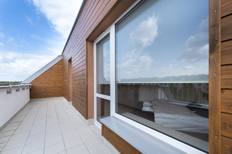 Groot venster en balkon in moderne flat stock afbeeldingen