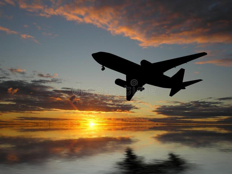 Groot vliegtuig over zonsondergang royalty-vrije stock afbeelding