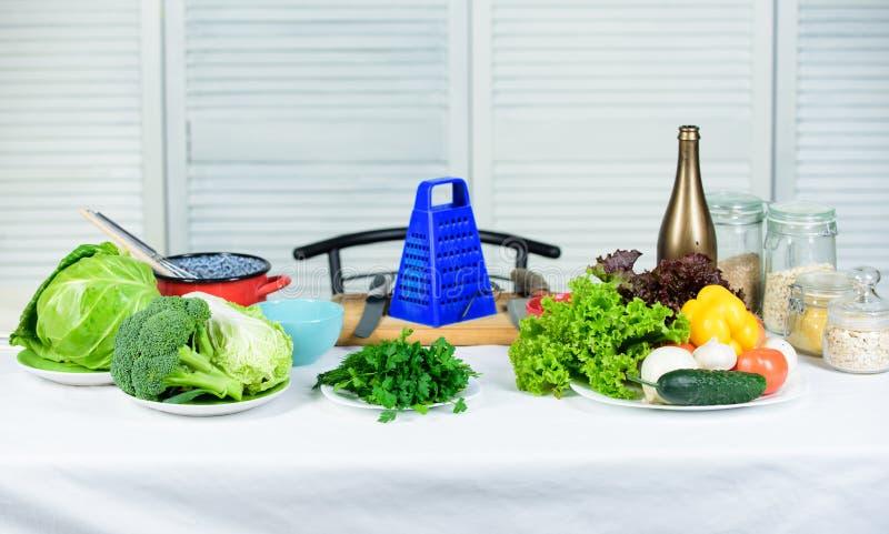 Groot voedsel voor een gezonde levensstijl Vegetarisch concept Salade met verse de zomergroenten Het gezonde voedsel koken Dieet stock foto's