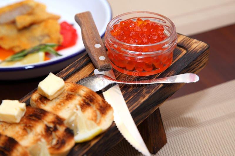 Groot voorgerecht van zalmkaviaar Sandwiches met rode kaviaar en wijn royalty-vrije stock afbeeldingen