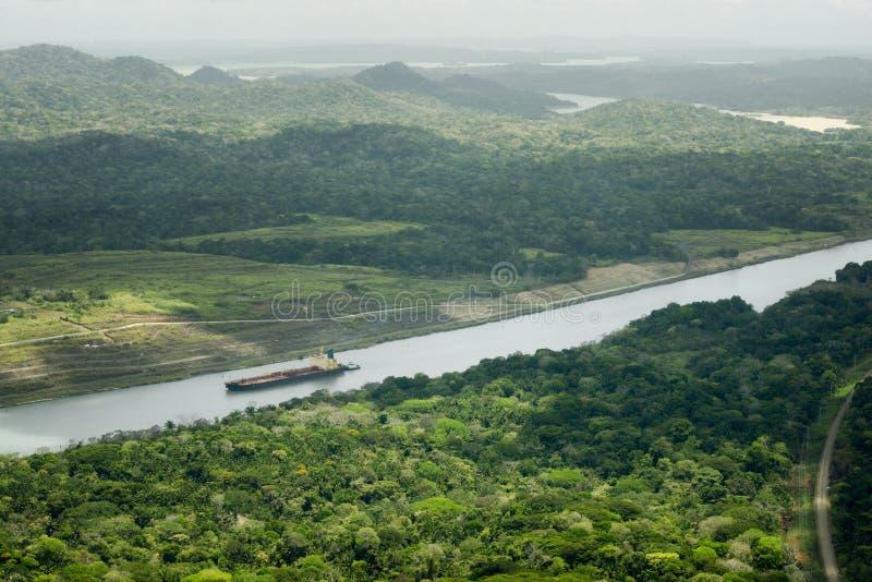Groot vrachtschip die door het Kanaal van Panama navigeren royalty-vrije stock afbeelding