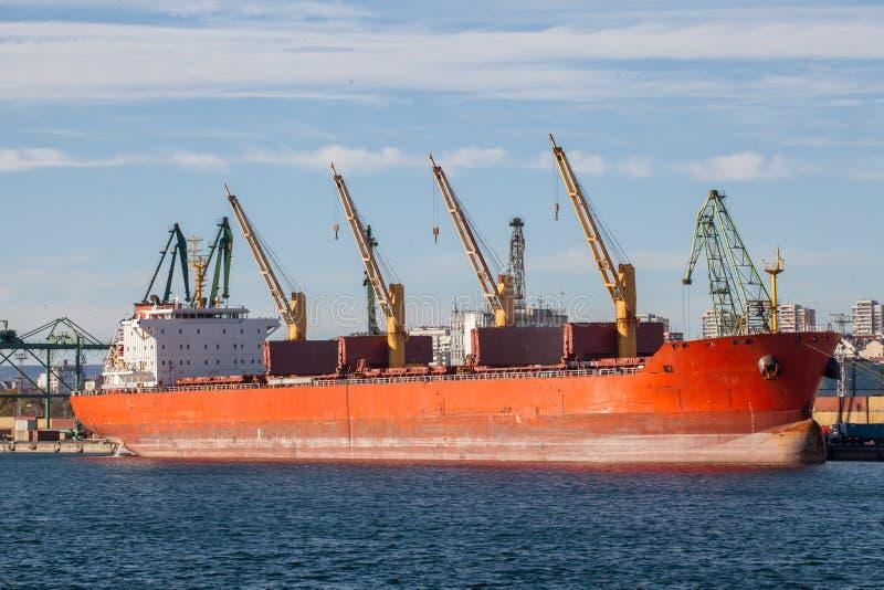 Groot vrachtschip in een dok stock afbeeldingen