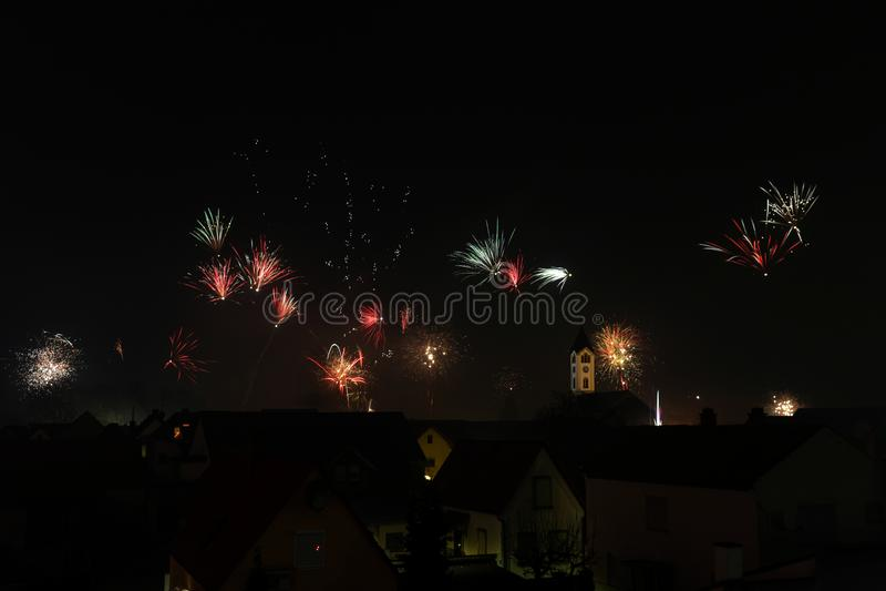 Groot vuurwerk over Frankenthal met kerk Duitsland stock foto