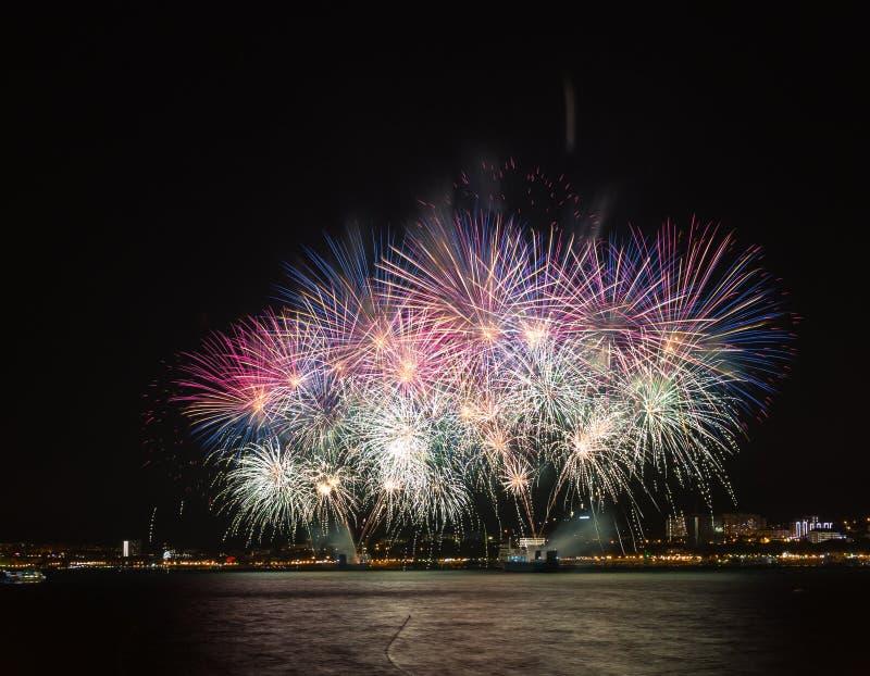 Groot vuurwerkfestival in Gelendzhik Krasnodargebied Rusland 09/15/2017 stock afbeeldingen