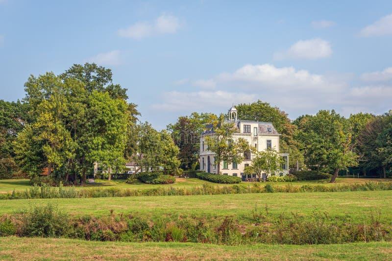 Groot wit gepleisterd herenhuis dichtbij de Nederlandse stad van Breda royalty-vrije stock afbeeldingen