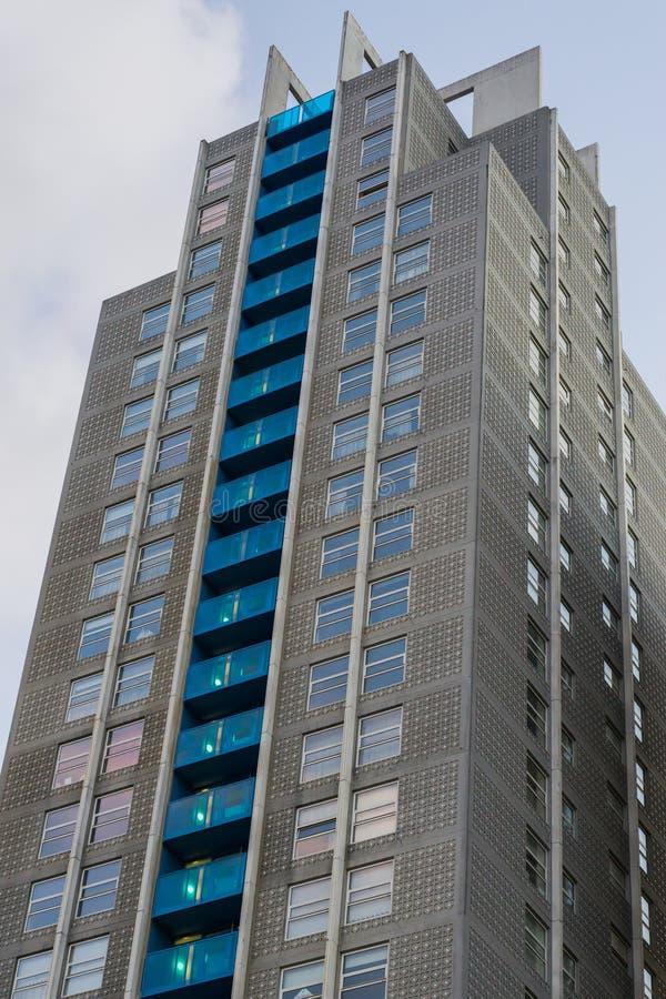 Groot wolkenkrabberhoogtepunt van flats met buiten de architectuurachtergrond van het balkon stock foto's