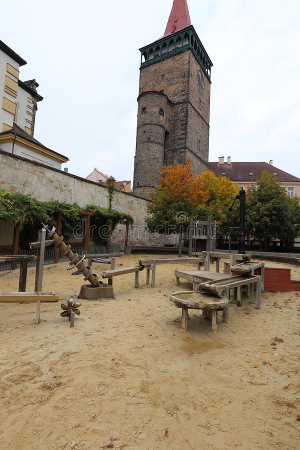 Groot zand playpit door de historische toren royalty-vrije stock foto's