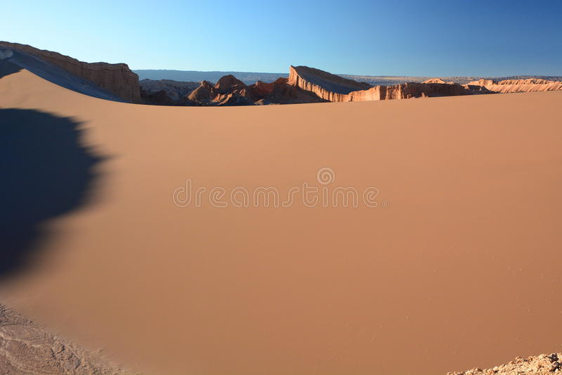 Groot zandduin in Valle DE La Luna San Pedro de Atacama chili stock foto