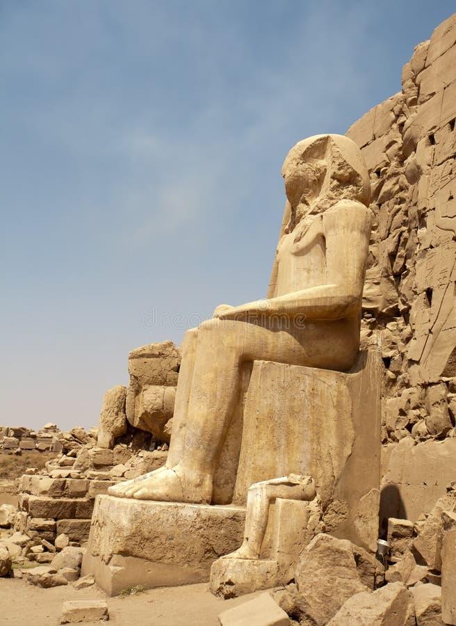 Groot zittings Egyptisch standbeeld stock afbeelding