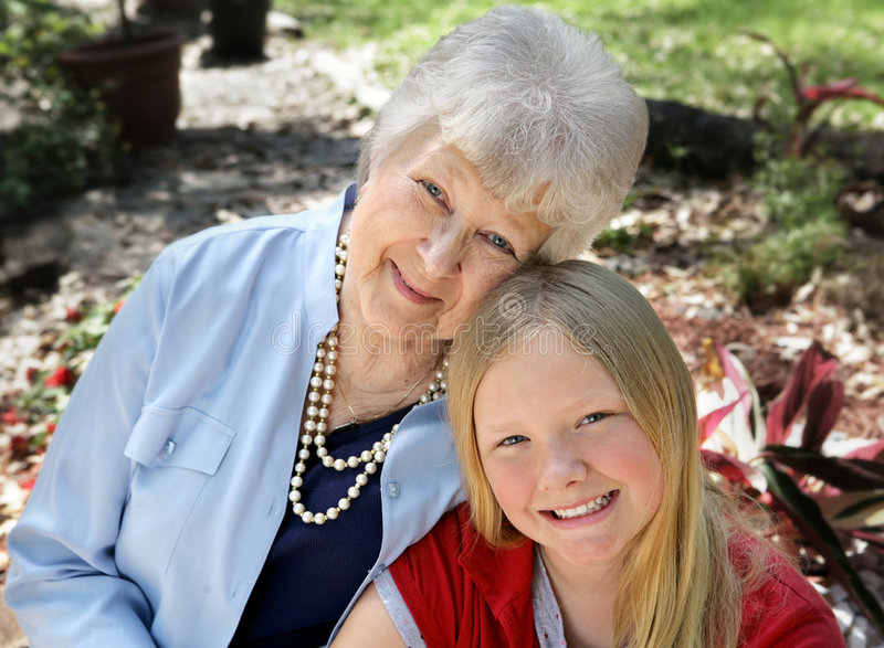Grootmoeder & Kind in Tuin royalty-vrije stock afbeeldingen