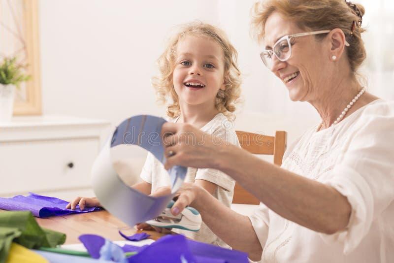 Grootmoeder die document besnoeiingen maken royalty-vrije stock fotografie