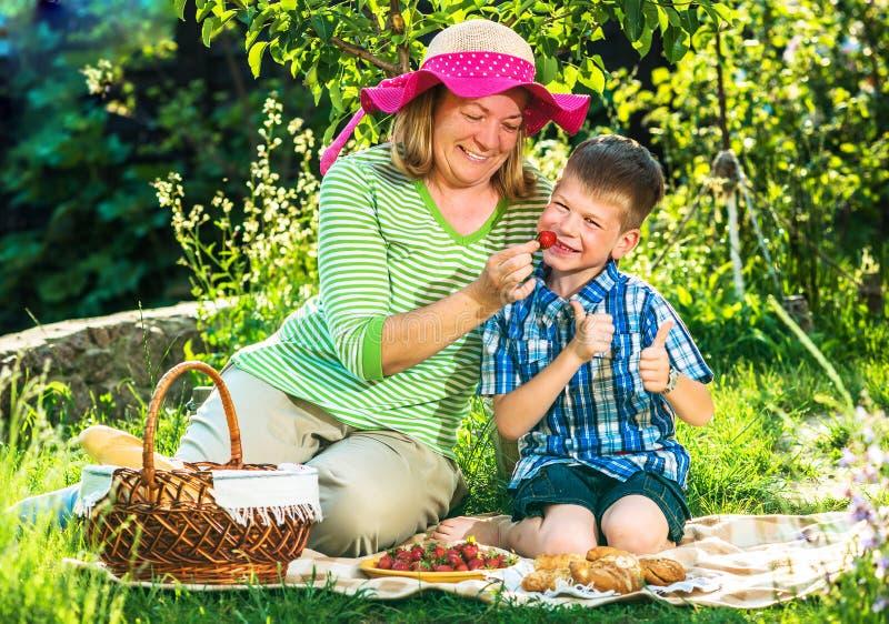 Grootmoeder die een picknick met kleinkind hebben stock fotografie