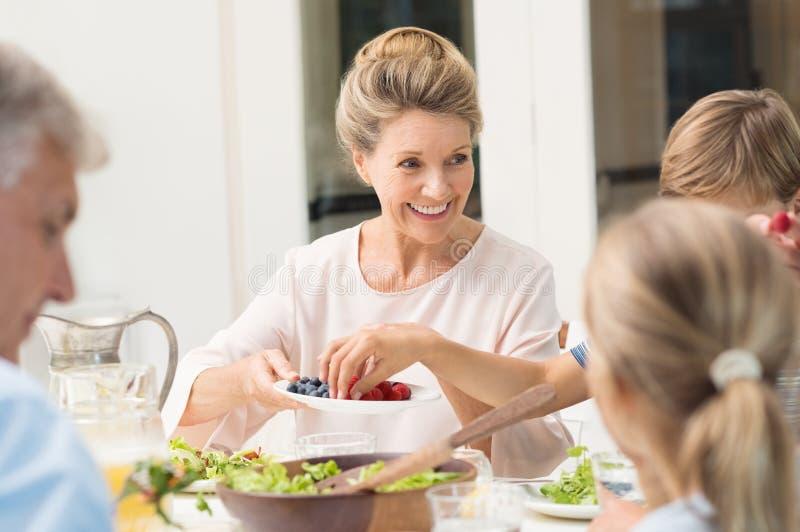 Grootmoeder dienend voedsel royalty-vrije stock fotografie