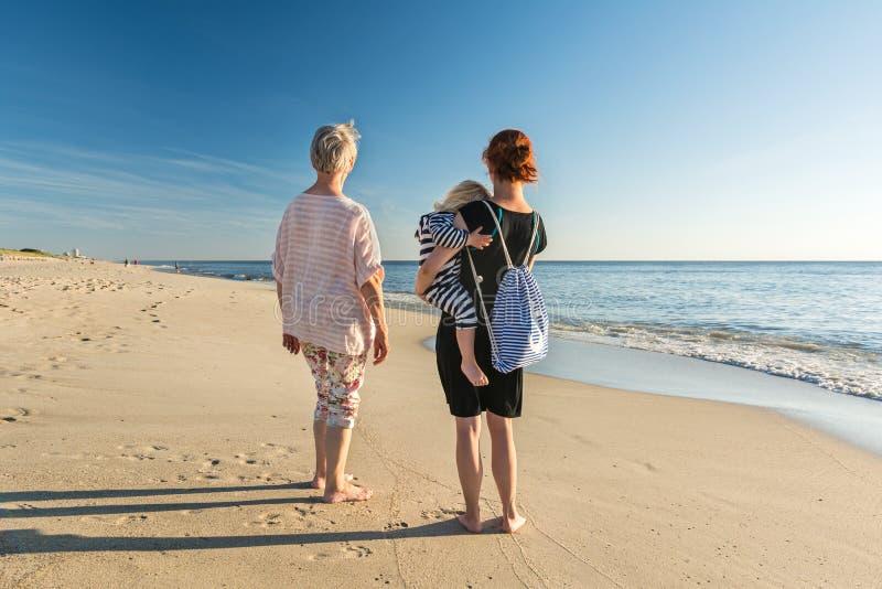Grootmoeder, dochter en kleindochter bij het strand stock fotografie