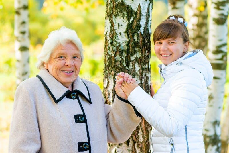 Grootmoeder en kleindochter die in het park lopen stock fotografie