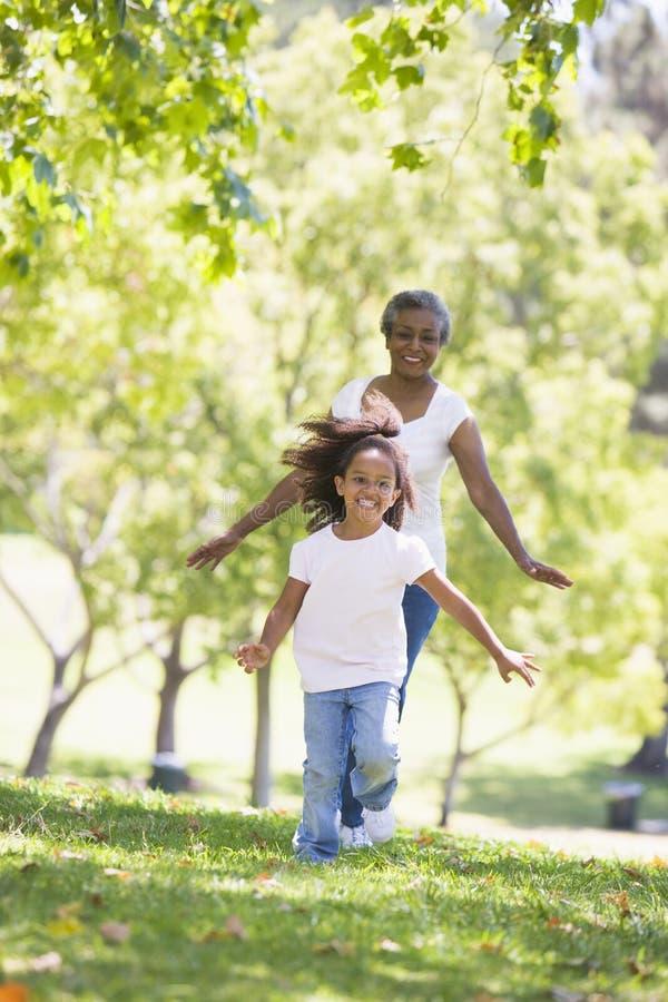 Grootmoeder en kleindochter die in park lopen en royalty-vrije stock afbeeldingen